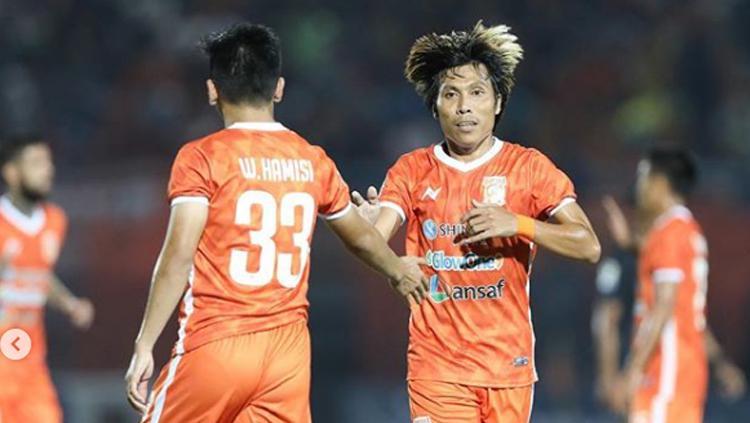 Wahyudi Setiawan Hamisi dan Asri Akbar melakukan tos Copyright: Borneo FC