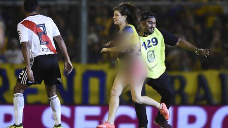 Seorang fan wanita asal Argentina berlari dalam Keadaan telanjang di laga River Plate vs Rosario Central. - INDOSPORT