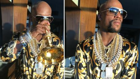 Floyd Mayweather bermandikan perhiasan emas. - INDOSPORT