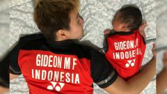 Indosport - Marcus Gideon bersama putranya memakai jersey kembaran.
