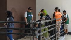 Indosport - Personel keamanan memeriksa tiket suporter sebelum masuk Stadion GBT.