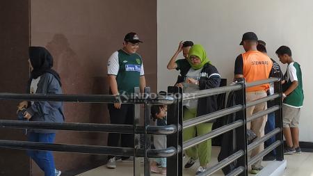 Personel keamanan memeriksa tiket suporter sebelum masuk Stadion GBT. - INDOSPORT