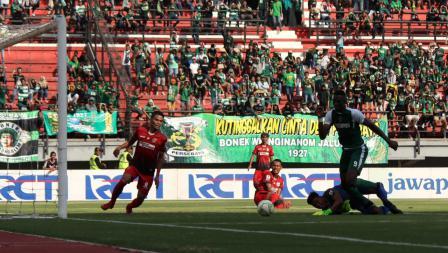 Aksi Amido Balde melewati hadangan kiper Persinga, Junaidi dan berhasil mencetak gol pada babak 32 besar Kratingdaeng Piala Indonesia di Stadion GBT, Sabtu (16/02/18).
