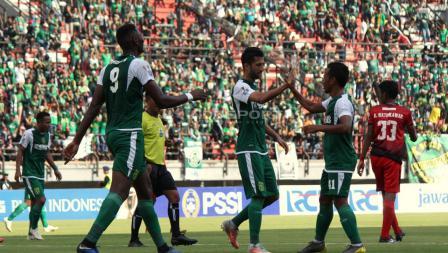 Selebrasi pemain Persebaya Manuchehr Jalilov (tengah) dengan Irfan Jaya (kedua kanan) atas gol Amido Balde pada babak 32 besar Kratingdaeng Piala Indonesia di Stadion GBT, Sabtu (16/02/18).