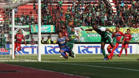 Proses gol Amido Balde lewat sundulan ke gawang Persinga Ngawi pada babak 32 besar Kratingdaeng Piala Indonesia di Stadion GBT, Sabtu (16/02/18).