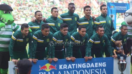 Skuat utama Persebaya Surabaya saat melawan Persinga Ngawi pada babak 32 besar Kratingdaeng Piala Indonesia di Stadion GBT, Sabtu (16/02/18).