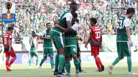 Selebrasi striker Persebaya, Amido Balde (tenga) berpelukan dengan Irfan Jaya saat menjebol gawang Persinga Ngawi pada babak 32 besar Kratingdaeng Piala Indonesia di Stadion GBT, Sabtu (16/02/18).