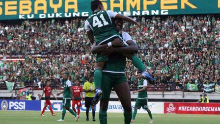Selebrasi Amido Balde bersama Irfan Jaya usai cetak gol ke gawang Persinga pada babak 32 besar Kratingdaeng Piala Indonesia di Stadion GBT, Sabtu (16/02/18).