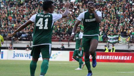 Selebrasi Amido Balde (kanan) usai cetak gol ke gawang Persinga pada babak 32 besar Kratingdaeng Piala Indonesia di Stadion GBT, Sabtu (16/02/18).
