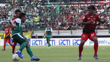 Aksi Irfan Jaya (kiri) mencoba melewati hadangan pemain Persinga pada babak 32 besar Kratingdaeng Piala Indonesia di Stadion GBT, Sabtu (16/02/18).