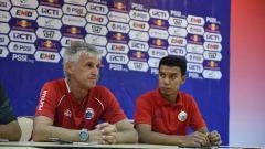 Indosport - Pelatih Persija Ivan Kolev dan Novri Setiawan pada sesi jumpa pers jelang laga babak 16 besar Kratingdaeng Piala Indonesia di stadion Pakansari, Sabtu (16/02/18).
