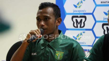 Pemain Persebaya, Irfan Jaya, menjawab kapan dirinya akan kembali ke kampung halaman setelah merantau untuk berkarier. - INDOSPORT
