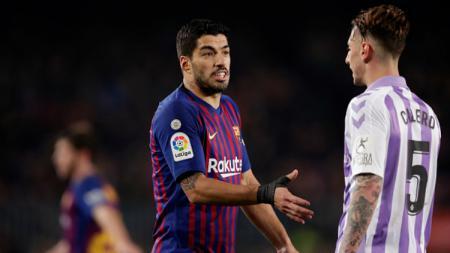 Luis Suarez saat ingin menjabat tangan pemain Real Valladolid. - INDOSPORT