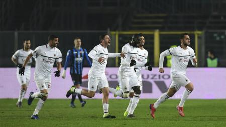 Para pemain AC Milan merayakan gol ke gawang Atalanta di Serie A Italia 2018/2019, Minggu (17/02/19). - INDOSPORT