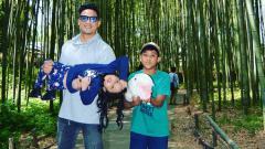 Indosport - Tommy Tjokro dan kedua anaknya.