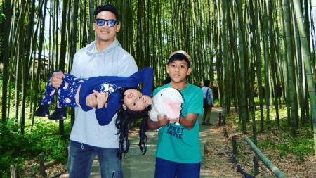 Tommy Tjokro dan kedua anaknya. - INDOSPORT