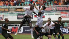 Indosport - Situasi duel udara pertandingan PS TIRA melawan Persija Piala Indonesia.