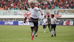 Indosport - Bruno Matos melakukan selebrasi usai cetak gol ke gawang PS Tira Persikabo.