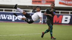 Indosport - Aksi tendangan salto Bambang Pamungkas ke gawang PS Tira Persikabo