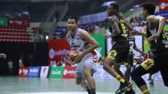 Indosport - Pemain Stapac tengah membawa bola.