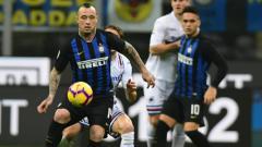 Indosport - Radja Nainggolan mencoba mengendalikan bola saat pertandingan Inter Milan vs Sampdoria, Senin (18/02/19).