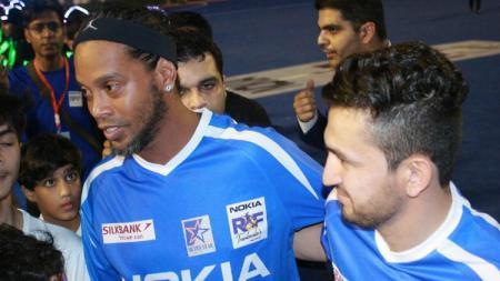 Saadullah Khan dan Ronaldinho dalam pertandingan amal untuk sepak bola Pakistan, Juli 2014 lalu. - INDOSPORT