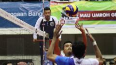 Indosport - Wasit Raditya Darwis sempat menuai kontroversi pada laga Surabaya Bhayangkara Samator vs Jakarta Pertamina Energi.