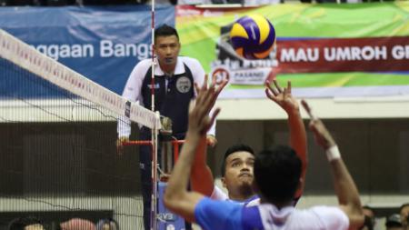 Wasit Raditya Darwis sempat menuai kontroversi pada laga Surabaya Bhayangkara Samator vs Jakarta Pertamina Energi. - INDOSPORT