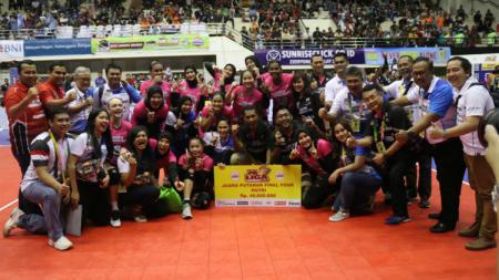 Tim putri Jakarta Pertamina Energi menerima hadiah Rp40 juta. - INDOSPORT