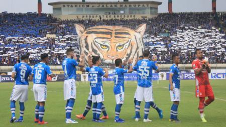 Pemain Persib Bandung sebelum kick off - INDOSPORT