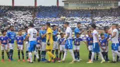 Indosport - Tim Persib Bandung dan Arema FC saling berjabat tangan.