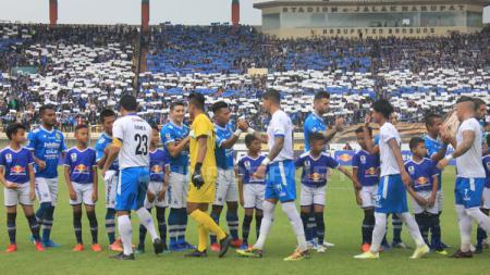 Jelang big match pekan kedua Liga 1 Arema vs Persib, kedua kesebelasan wajib waspada lantaran mereka punya rekor buruk saat berhadapan dengan sang mantan. - INDOSPORT