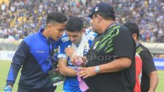 Indosport - Esteban Vizcarra mendapatkan perawatan dari tim medis