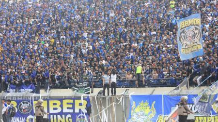 Pendukung Persib Bandung, Bobotoh saat memadati Stadion Si Jalak Harupat - INDOSPORT