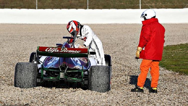 Kimi Raikkonen mengalami insiden kecil saat mengendarai C38, mobil terbaru Alfa Romeo untuk F1 2019 Copyright: Reuters
