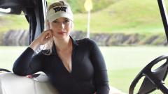 Indosport - Belahan Dada Terlihat, Pegolf Cantik Paige Spiranac Merasa Tak Pede