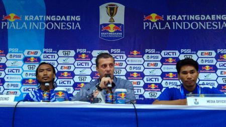 Pelatih Persib, Miljan Radovic didampingi pemainnya Hariono (kiri), seusai pertandingan menghadapi Arema FC. - INDOSPORT