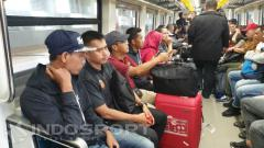 Indosport - Skuat Sriwijaya FC saat menaiki transportasi umum, LRT usai dibantai Madura United.