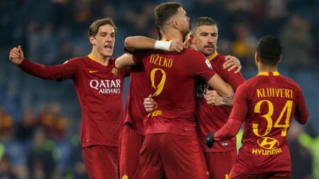 Aleksandar Kolarov merayakan golnya di pertandingan AS Roma vs Bologna. - INDOSPORT