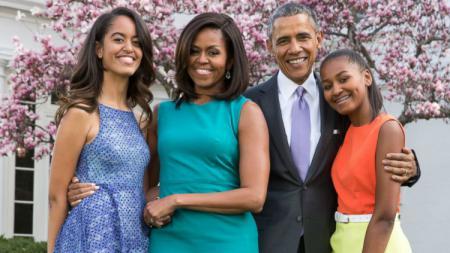 Malia (kiri) bersama Michelle, Barack, dan Sasha Obama. - INDOSPORT