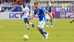 Indosport - Pemain asing Persib, Srdan Lopicic saat menghadapi Arema FC.