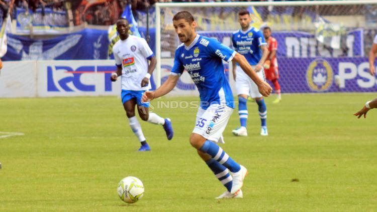 Pemain asing Persib, Srdan Lopicic saat menghadapi Arema FC. Copyright: Arif Rahman/Indosport.com