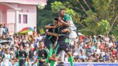Indosport - Amido Balde berduel dengan pemain Persidago