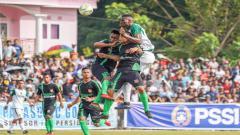 Indosport - Babak Pertama Persebaya masih kesulitan menciptakan gol. Amido Balde pun belum mampu mencetak gol, Selasa (19/2/19).