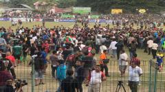 Indosport - Fans Persidago masuk ke lapangan dan menyerbu pemain Persebaya