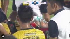 Indosport - Jajang Mulyana alami benturan keras di laga Bhayangkara FC vs PSIS Semarang.