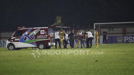 Jajang Mulyana sempat dilarikan ke rumah sakit usai laga Bhayangkara FC vs PSIS Semarang. - INDOSPORT