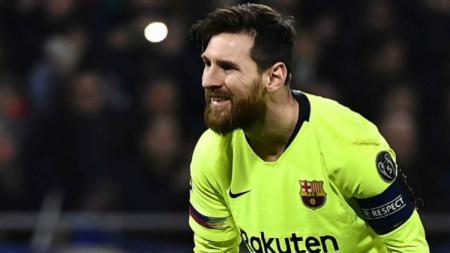 Lionel Messi meratapi peluang yang terbuang sia-sia dalam pertandingan Lyon vs Barcelona, Rabu (20/02/19). - INDOSPORT