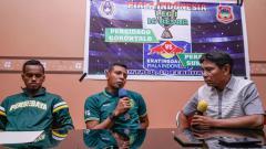 Indosport - Asisten Pelatih Persebaya, Bejo Sugiantoro dalam sesi jumpa pers jelang Persebaya vs Persidago