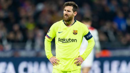Sebelum meraih penghargaan Ballon d'Or, Lionel Messi dilempar payung saat laga La Liga Atletico Madrid vs Barcelona, Senin (02/12/19). - INDOSPORT